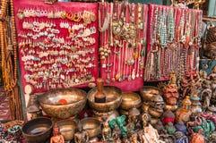 Arte e ofício locais da pedra do bronze e de gema nepal fotografia de stock