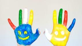 Arte e pittura Le mani sporche hanno dipinto multicolore con i sorrisi Il concetto di felicità, buon umore, gioia, creativa stock footage