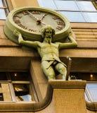 Arte en edificios - hombre con un reloj Foto de archivo libre de regalías