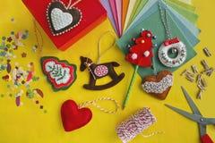 Arte fácil de la Navidad para que adulto o niños haga Corazón del fieltro, caballo mecedora, árbol de navidad en la tabla amarill Fotografía de archivo