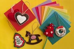 Arte fácil de la Navidad para que adulto o niños haga Corazón del fieltro, caballo mecedora, árbol de navidad en la tabla amarill Foto de archivo libre de regalías
