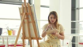 Arte, faculdade criadora, passatempo, trabalho e conceito criativo da ocupa??o A menina bonito nova tira na oficina da arte video estoque