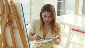 Arte, faculdade criadora, passatempo, trabalho e conceito criativo da ocupa??o A menina bonito nova tira na oficina da arte vídeos de arquivo
