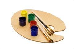 Arte fissata: spazzole e gouache della vernice sulla gamma di colori. Fotografia Stock