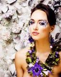 Arte floral da cara com a anêmona na joia, morena nova sensual Imagens de Stock