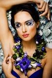 Arte floral da cara com a anêmona na joia, morena nova sensual foto de stock