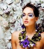 Arte floral da cara com a anêmona na joia, morena nova sensual fotografia de stock royalty free