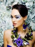 Arte floral da cara com a anêmona na joia, morena nova sensual imagem de stock royalty free