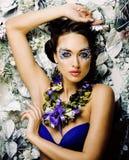 Arte floral da cara com a anêmona na joia, morena nova sensual fotografia de stock