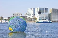 Arte flotante en el agua, Amsterdam del globo Imágenes de archivo libres de regalías