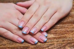 Arte francese del chiodo nel colore blu-chiaro Fotografia Stock