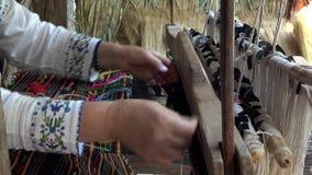 Arte hecho a mano tradicional, manos que trabajan en el telar rústico de madera, buena habilidad