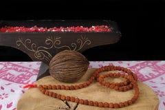 Arte indiana - barbas da oração de Rudraksha na madeira e no backg da teca Imagens de Stock Royalty Free