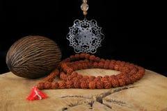 Arte indiana - barbe di preghiera e della mandala da Rudraksha sul tek wo Fotografia Stock Libera da Diritti