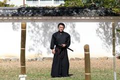 Arte marcial japonés con la espada del katana Foto de archivo libre de regalías