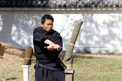Arte marcial japonés con la espada del katana Imagenes de archivo
