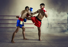 Arte marcial tailandés del combatiente del hombre del boxeo de Muay Tailandia Imagen de archivo libre de regalías