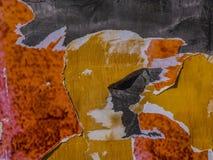 Arte moderna di carta lacerata in arancio ed in giallo su grigio fotografie stock