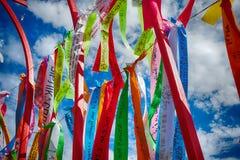Arte modernista Escultura abstracta de los deseos escritos en tiras coloreadas fotos de archivo