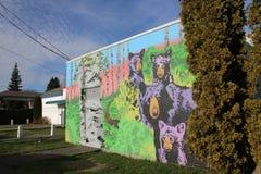 Arte mural del oso negro y de tres cachorros el Cumberland, Columbia Británica Foto de archivo libre de regalías