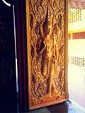 A arte no templo tailandês da porta foto de stock