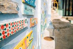 Arte pintada colorida da parede na vila da cultura de Gamcheon em Busan, Coreia foto de stock