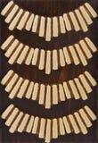 Arte primitiva sotto forma di un trivet di legno marrone Fotografia Stock Libera da Diritti