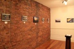 Arte quadro que pendura em paredes de tijolo em uma de muitas salas, museu da arte americana, Maine de Ogunquit, 2016 Imagem de Stock Royalty Free