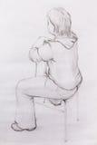 Arte que tira a menina bonita que senta-se em uma cadeira e em um fundo branco Fotografia de Stock Royalty Free