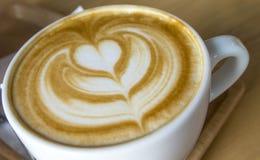 Arte quente do café do Latte no copo branco imagens de stock royalty free
