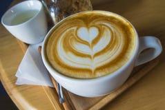 Arte quente do café do Latte no copo branco Imagem de Stock