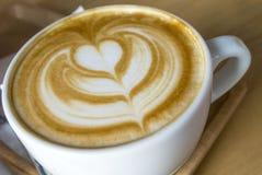 Arte quente do café do Latte no copo branco imagem de stock royalty free