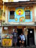 Arte su uno shopfront nei piccoli vicoli di Mumbai, Bandra Immagine Stock
