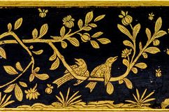 Arte Tailândia do teste padrão, ilha de pássaro em listras de um ouro do ramo imagens de stock