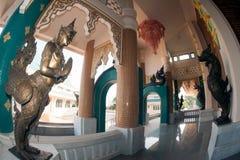 Arte tailandés adornado en la iglesia tailandesa en Wat Pa Phu Kon, Tailandia Imagenes de archivo