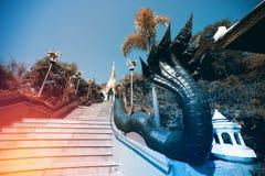 Arte tailandés del vintage en escalera a la pagoda de oro en Wat Pa Phu Kon Foto de archivo libre de regalías