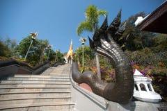 Arte tailandés en escalera a la pagoda de oro en el templo de Wat Pa Phu Kon Imagen de archivo libre de regalías
