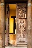 Arte tailandés en la puerta de madera Fotos de archivo