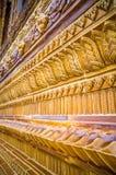 Arte tailandés tradicional esmaltado de la teja de la iglesia en templo Imagen de archivo