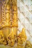 Arte tailandés tradicional esmaltado de la teja de la iglesia en templo Imagenes de archivo
