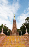 Arte tailandesa com a estátua dourada de buddha imagem de stock royalty free