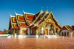 Arte tailandesa do templo decorada na igreja budista foto de stock