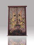 Arte tailandesa na porta do templo tailandês no fundo preto do inclinação Imagens de Stock Royalty Free