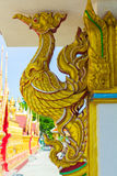Arte tailandese della statua dorata del cigno Immagine Stock