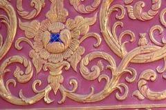Arte tailandese di colore di Borgogna della parete dello stucco Immagini Stock