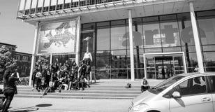 Arte Television Strasbourg mit den Besuchern, die draußen Fotos machen lizenzfreies stockbild