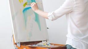 Arte-trabajador de sexo femenino en el lugar de trabajo almacen de video