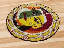 Arte tradicional del diseño floral del festival indio con los pétalos coloridos de la flor Fotografía de archivo libre de regalías