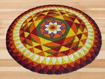 Arte tradicional del diseño floral del festival indio con los pétalos coloridos de la flor imagen de archivo libre de regalías