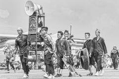 Arte tradicional del Sundanese y grupo de la cultura en el salón aeronáutico 2017 de Bandung fotografía de archivo
